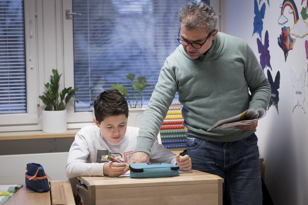 Kieltenopetus - Toisen kielen (L2) opiskelu alkaa alakoulun ensimmäisellä luokalla (P1) pienryhmissä, joiden oppilaat edustavat useita eri kansallisuuksia. Alakoulun aikana oppilaiden odotetaan saavuttavan kielitaidon taso A2 (Eurooppalainen viitekehys).Toisen kielen opiskelu jatkuu yläkoulu-lukiossa. Itse kielen opiskelun lisäksi kolmantena (S3) vuonna L2-kielellä opiskellaan historiaa ja maantietoa, ja neljäntenä vuonna (S4) L2-kielellä on mahdollista opiskella valinnaisaineena taloustiedettä. Yläkoulu-lukion päättyessä toisen kielen taitotaso on C1 (Eurooppalainen viitekehys).Kolmantena ja neljäntenä kielenä (L3 & L4) koulussamme voi opiskella mitä tahansa Euroopan unionin virallista kieltä, jos opetusryhmä saadaan järjestettyä. Suosituimpia L3- ja L4-kieliä ovat saksa, espanja, ranska, suomi ja ruotsi.
