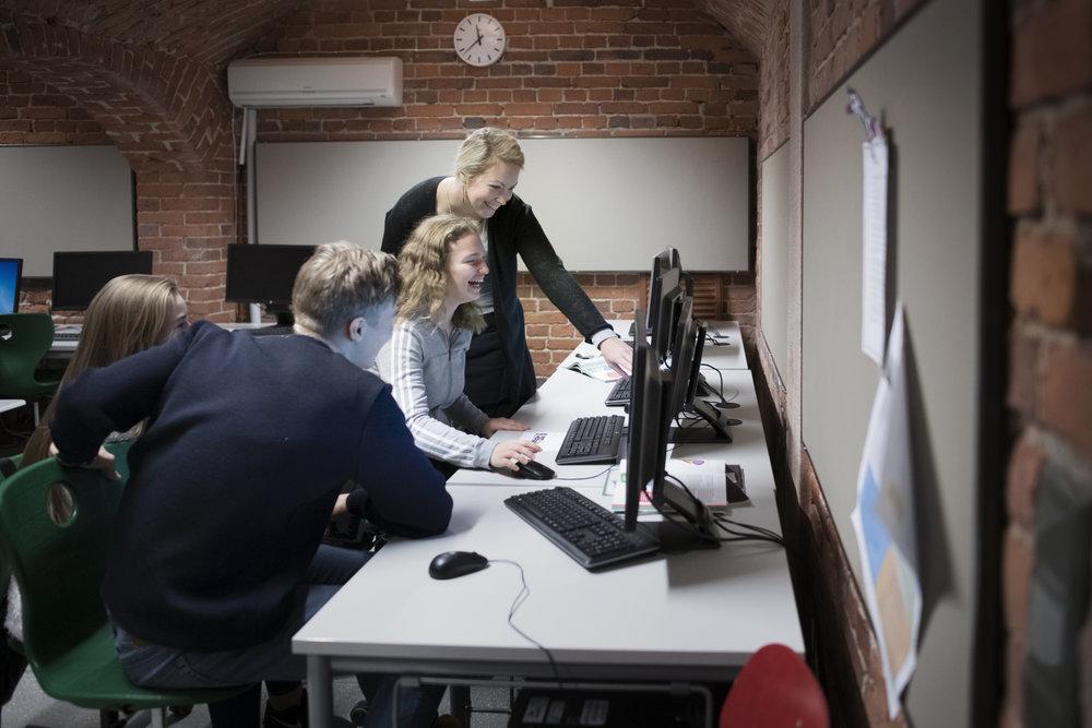 Une technologie moderne - L'ESH est équipée de tout le matériel nécessaire pour l'enseignement et l'apprentissage (salles informatiques, ordinateurs portables, tablettes et tableaux interactifs). Les professeurs mettent à profit les dernières technologies afin d'adopter et de partager différents types d'enseignement : pédagogie différenciée, pédagogie de projet, travail indépendant et méthodologie.