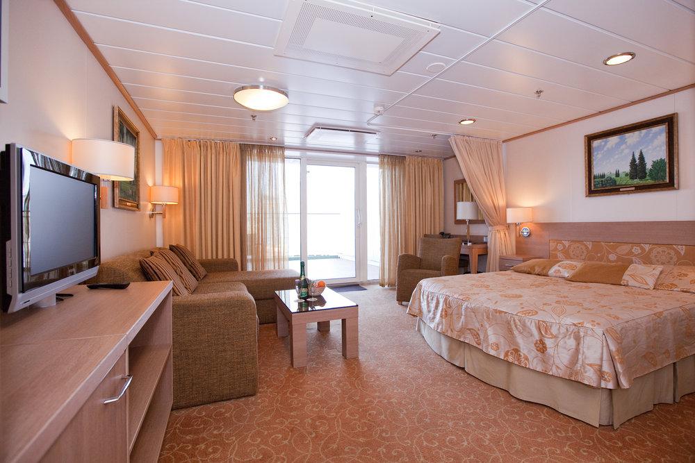 Ex Suite –luokka (yläkansi, parivuode, ikkuna, parveke)   145e/hlö, kun hytissä 2 matkustajaa  280e/hlö, kun hytissä 1 matkustaja