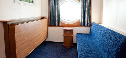 A4-lk. (yläkansi, 2 ala- ja 2 osassa ylävuodetta, ikkuna)   66e/hlö, kun hytissä 4 matkustajaa 70e/hlö, kun hytissä 3 matkustajaa