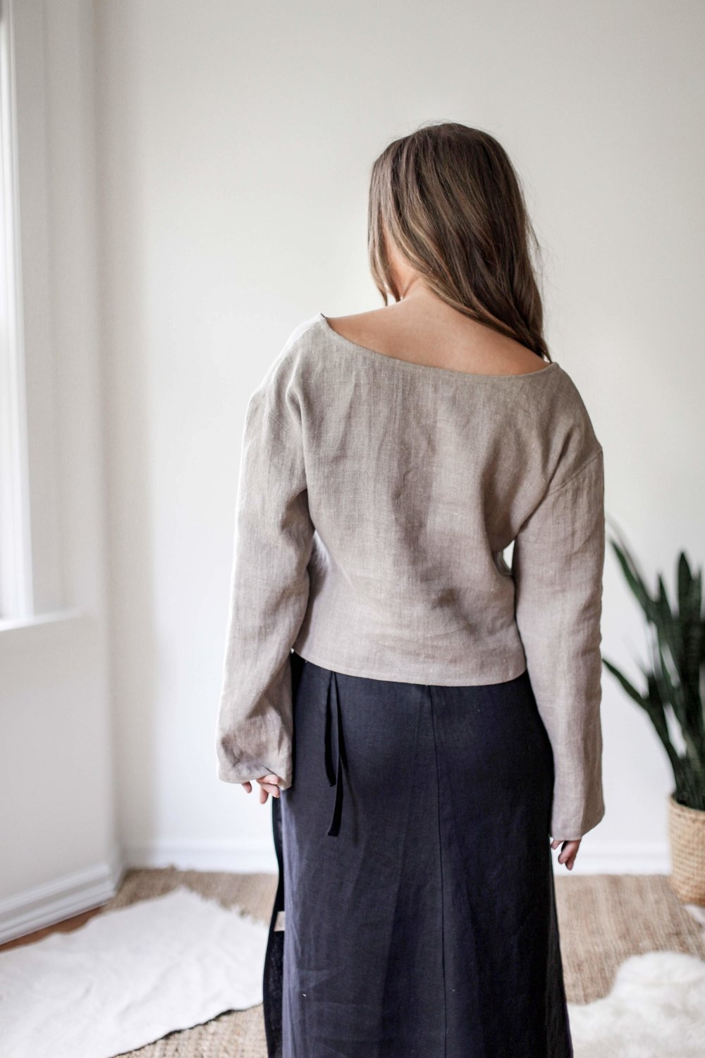 nomi-designs_taltal-top_natural-linen-long-sleeve-reversible-top_back.jpg