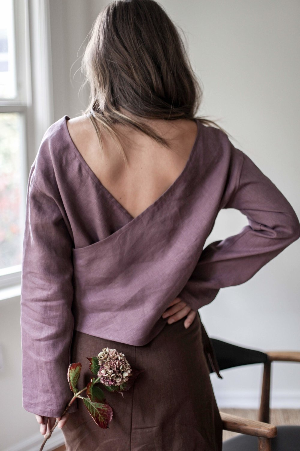 nomi-designs_taltal-top_plum-colored-linen-long-sleeve-reversible-top_back-reversed.jpg