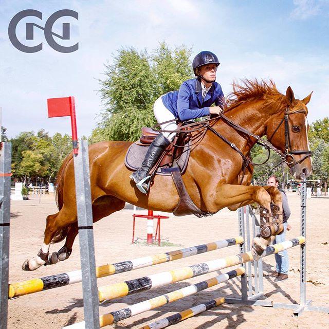Nos vemos este sábado en el concurso de salto social! . Aquí tenéis a Alex @alexandrawoivre nuestra profe de salto. . #cnc #salto #hipica #caballos .