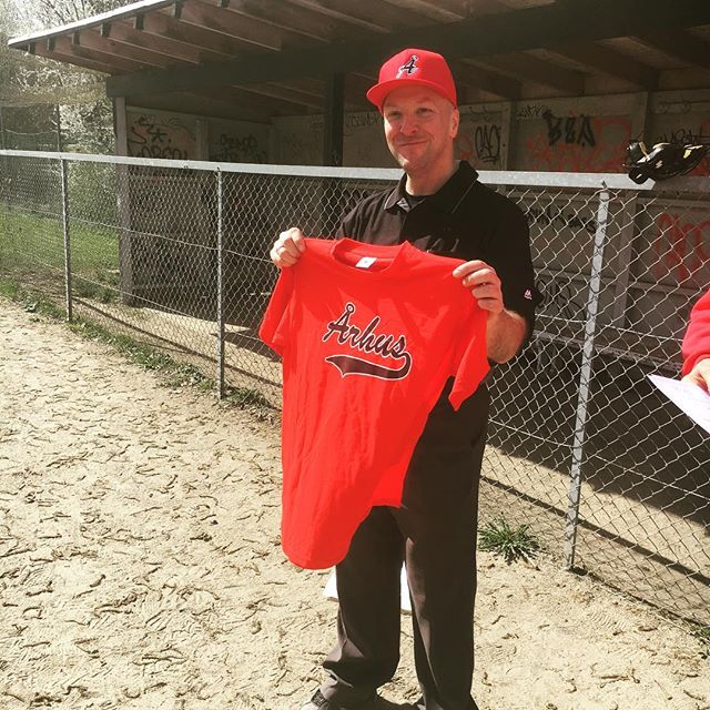 Umpire Tony Jones with Århus Fan Merch. Tony instructed during the two day umpire clinic organized by the Danish Baseball Federation. Reps from 5 of the teams attended the clinic and that way, hopefully increased the quality of umpiring in the league