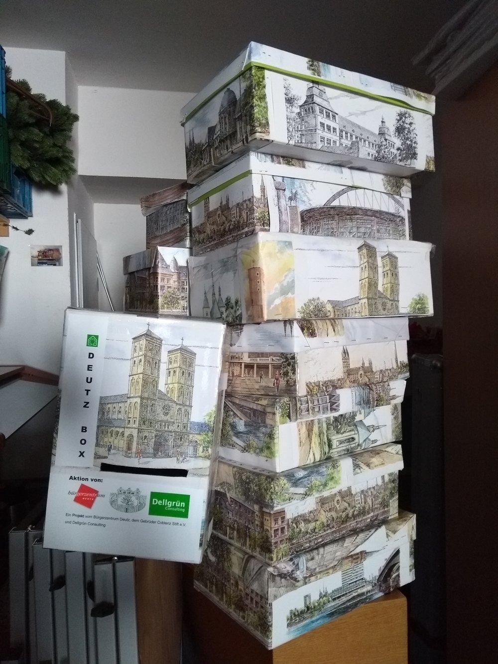 Deutz-Box Aktion - Die Deutz Boxen wurden im ganzen Veedel verteilt damit Deutzer BürgerInnen sich vernetzen und gegenseitig unterstützen.- Welche Unterstützung kann ich anbieten (z.B. Vorlesen)?- Welche Art von Unterstützung benötige ich (z.B. Hilfe beim Einkaufen)?Die Boxen wurden nun eingesammelt und die Inhalte werden zurzeit ausgewertet.Eine Deutz Box steht weiterhin im Bürgerzentrum Deutz und kann gerne genutzt werden.
