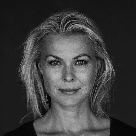 Anne-Dorthe Krog - ACT psykologI sit arbejde som psykolog benytter Anne-Dorte sig både af samtale og oplevelsesorienterede øvelser udfra en overbevisning om, at krop og sind er i tæt samspil. Anne-Dortes undervisning vil være præget af dette udgangspunkt. Du vil i undervisningen opleve nogle af øvelserne på egen krop. Dette er, så du selv får en kropslig erfaring med, hvad det er, dine klienter kan komme i kontakt med, når du arbejder med dem. Det giver en større forståelse for grænser, og hvordan du kan møde dine klienter mest omsorgsfuldt og respektfuldt. Det giver ligeledes en større forståelse af dig selv, og derved større mulighed for at tage vare på dig selv i arbejdet med klienter i en sårbar position.