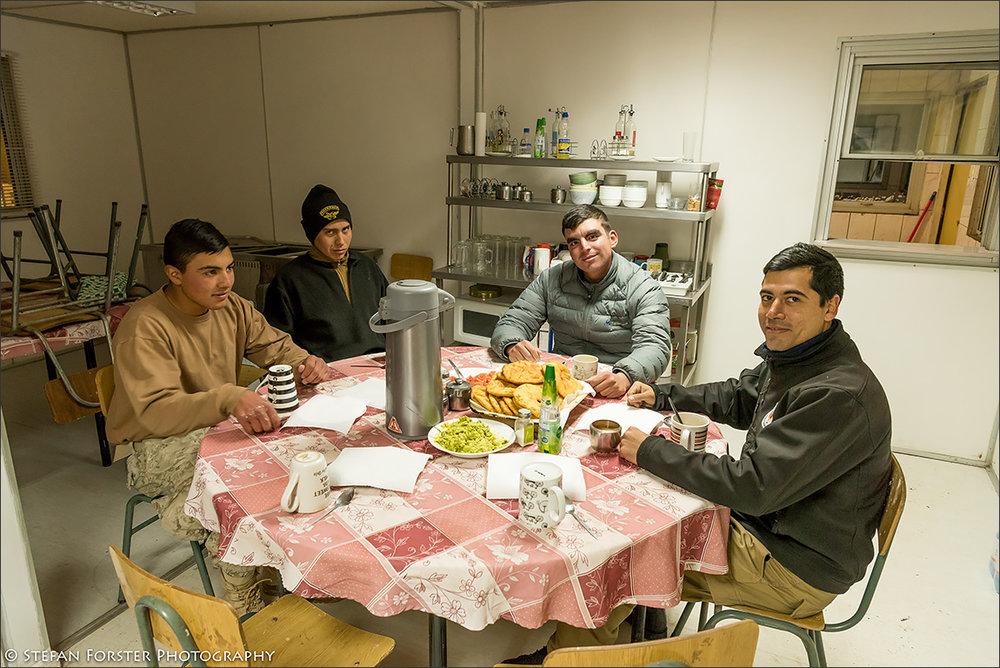 Meine Retter, der Kommandant (rechts) und seine Crew (einer fehlt, da er Wachdienst hat) - gemeinsames Abendessen in der abgelegen  sten Kaserne der Anden.