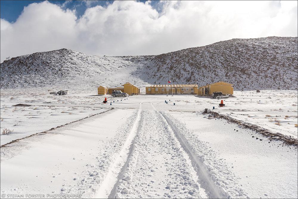 o sah die Kaserne einen Tag nach dem Blizzard aus - zu sehen sind meine Spuren im Schnee und mein Patrol (links) vor der Hütte stehen.