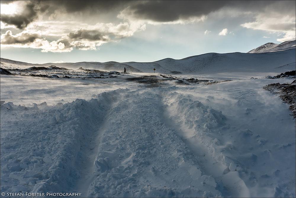 Dutzende tiefe Schneeverwehungen versperrten den Weg zurück nach San Pedro de Atacama - nach zwei Tagen Wind und Schneeschmelze konnte ich jedoch mit Anlauf und viel Glück durch alle hindurchfahren.