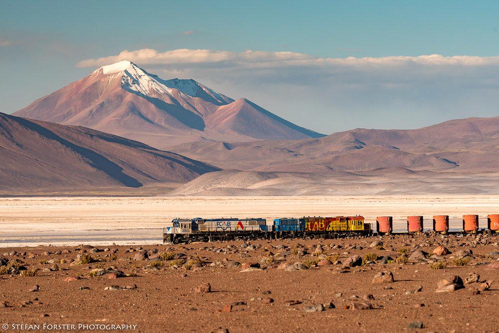 Der Zug transportiert Güter von Chile nach Bolivien