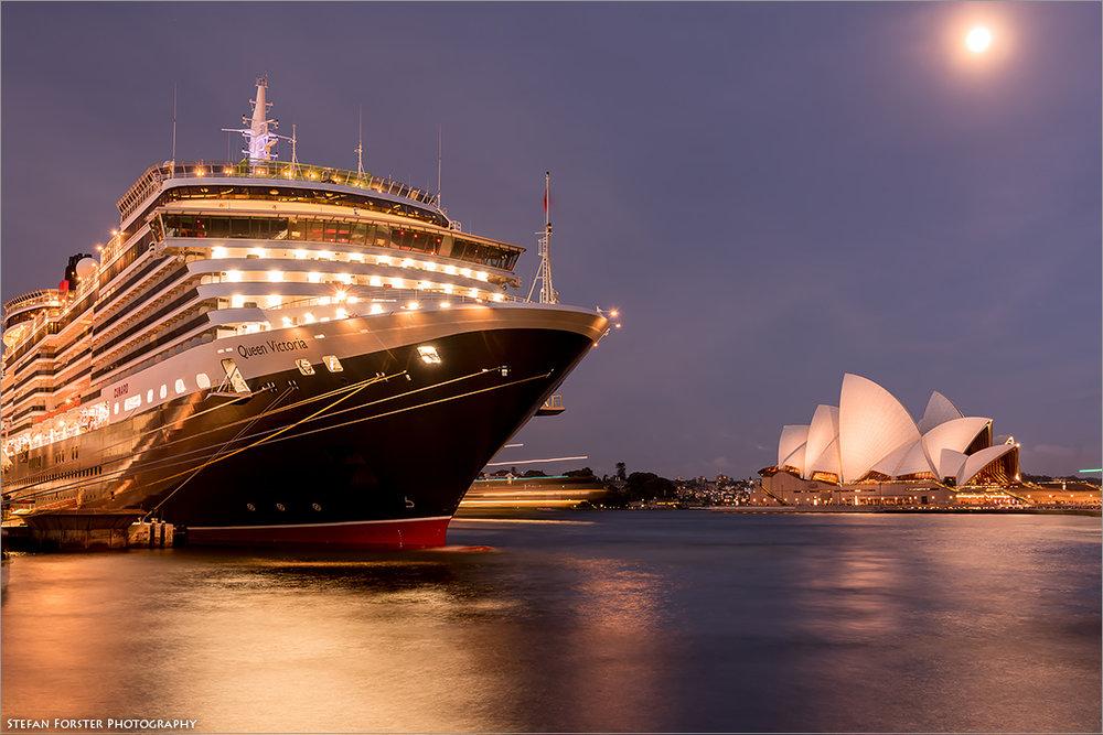 Die Queen Victoria vor der bekannten Oper von Sydney im Schein des Vollmonds