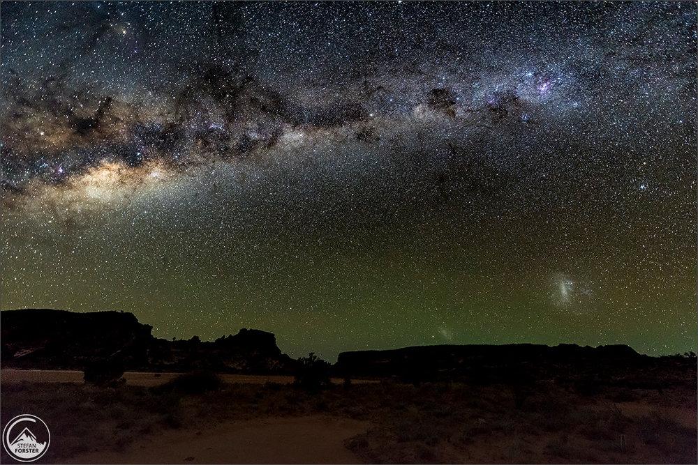 Und hier noch ein Bild der Milchstrasse nach Monduntergang morgens um 03.20 mit Galaktischem Zentrum im Bild und schönem Himmelsleuchten am Horizont.
