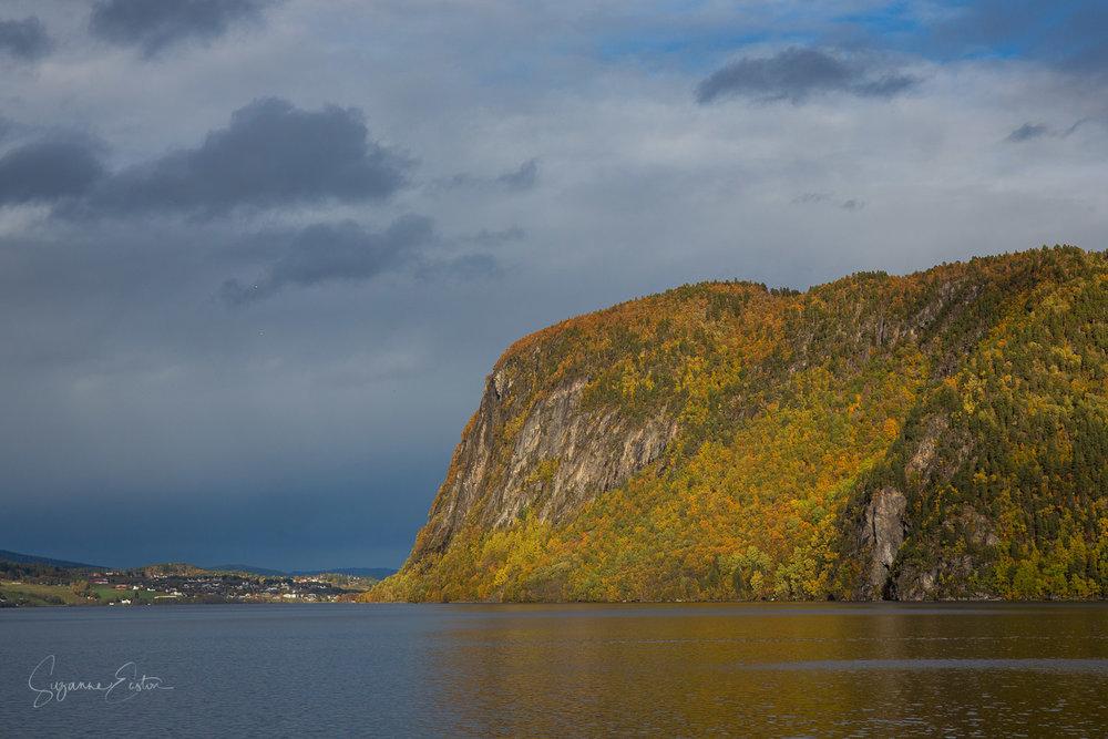 Rovatnet in autumn sunlight near the village of Kyrksæterøra