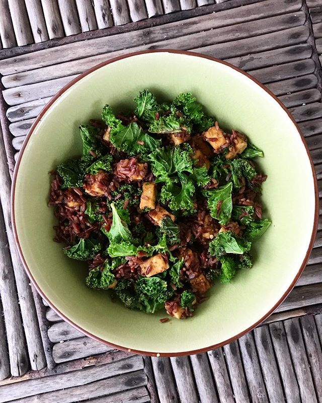 This protein-packed lunch today 👌Red rice, peanutbutter tofu and kale with lots of garlic💚 So much goodness in one bowl!😍😍😍 • It has been getting dark so early in Estonia these days, so making a decent IG picture has been a real challenge. But I just had to share this quick recipe with you guys🙈 • You'll need: • red rice • kale • firm tofu • peanutbutter • soy sauce  Just cook some red rice in a pot; wash the kale and pick the stems away, cook the soft leafy parts on a pan with garlic or garlic salt; cut the tofu into little cubes, fry them until golden. Mix a tablespoon of tofu with some soy sauce and add the dressing to the tofu cubes. Then mix it all together. Super easy and perfect for a post workout meal☺️ • • • • • #lifebasedfoods #lifebasedfood #vegan #plantbased #kale #vegangains #tofu #peanutbutter #veganfitness #homecooking #protein #veganrecipes #veganrecipeshare #fitnessrecipes