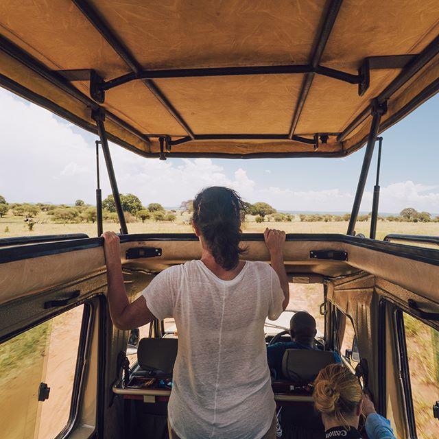 Besök några av världens mest attraktiva safariparker såsom Ngorogoro, Manyara, Tarangire med flera. Med oss bor du nära alla dessa 🌴 Här njuter Katja av entrén till Tarangire under sin resa i Mars 😍