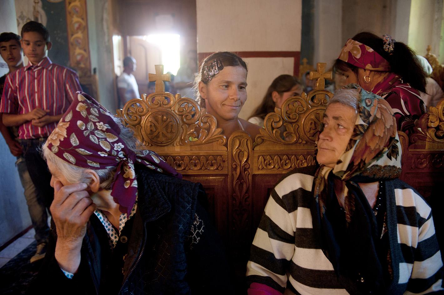 Commune in Roemenie dat bestaat uit een straat met 8 huizen. Per huis is er een andere bevolkingsgroep. Het is een streng orthodoxe gemeenschap waarbij een Pater Familias (Father Tanase) jongeren, weeskinderen, mentaal gehandicapte mensen, misbruikte vrouwen of mannen samenbrengt in een commune waar ze onderdak en eten krijgen. © An-Sofie Kesteleyn