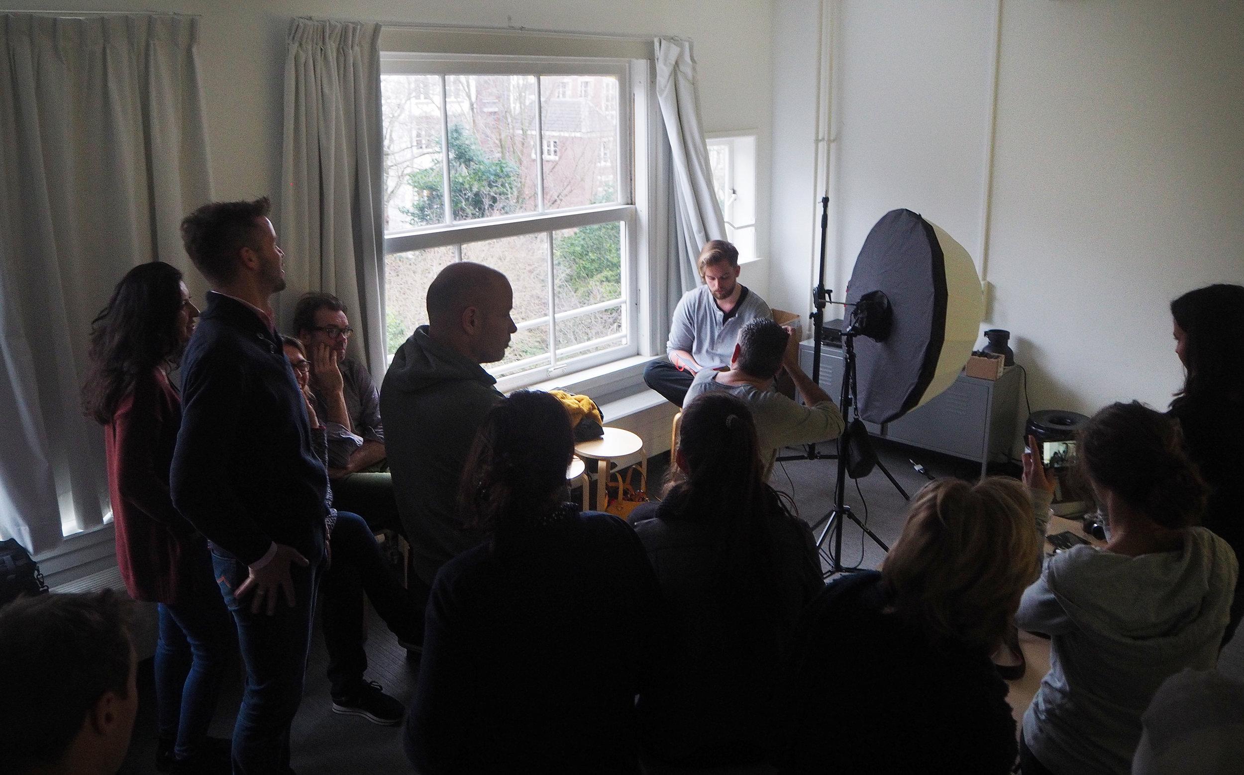Werken met de Translucent Umbrelle met backpanel tijdens een van de masterclasses van Brendan voor fotografiestudenten in Foam