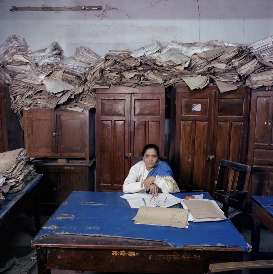 Jan Banning, Sushma Prasad (b. 1962), assistent-klerk op het Cabinet Secretary of the State of Bihar, in Patna, India (uit de serie 'Bureaucratics') © Jan Banning / Fotomuseum Den Haag.