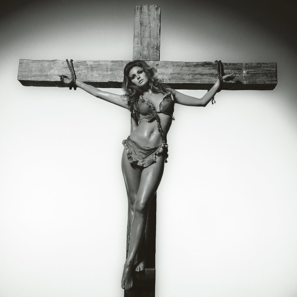 Terry O'Neill - Raquel Welch - Co-signed edition - RW032 - Iconic Images_Courtesy Eduard Planting Gallery