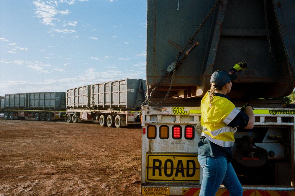 Zoe prepareert haar 50-meter lange truck voor de dagelijkse 8-uur lange rit. In de drie trailers vervoert ze dirt zuidwaarts.jpg