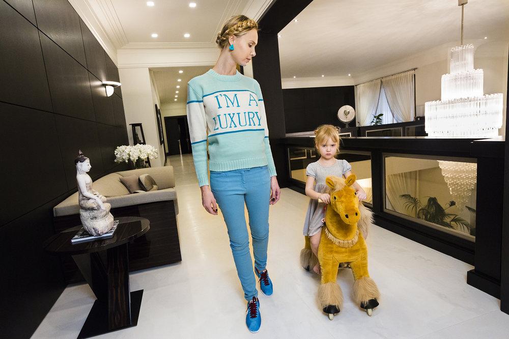 Ilona thuis met haar dochter Michelle (4), Moskou, 2012 © Lauren Greenfield / Fotomuseum Den Haag. Ilona at home