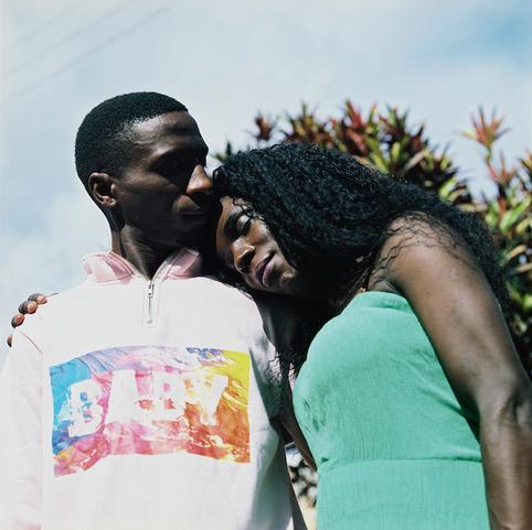 """Beyoncé is in transitie. Bruce, haar vriend, ondersteunt dit volledig. Beyoncé: """"Het is heel moeilijk om een stel te zijn in Oeganda. We willen trouwen als man en vrouw, maar kunnen op dit moment niet eens samenwonen. Het gevaar dat iemand ons bij de politie aangeeft voor homoseksualiteit is te groot. Mijn droom is dat Bruce mijn hand kan vragen bij mijn familie, gevolgd door een grote bruiloft."""""""