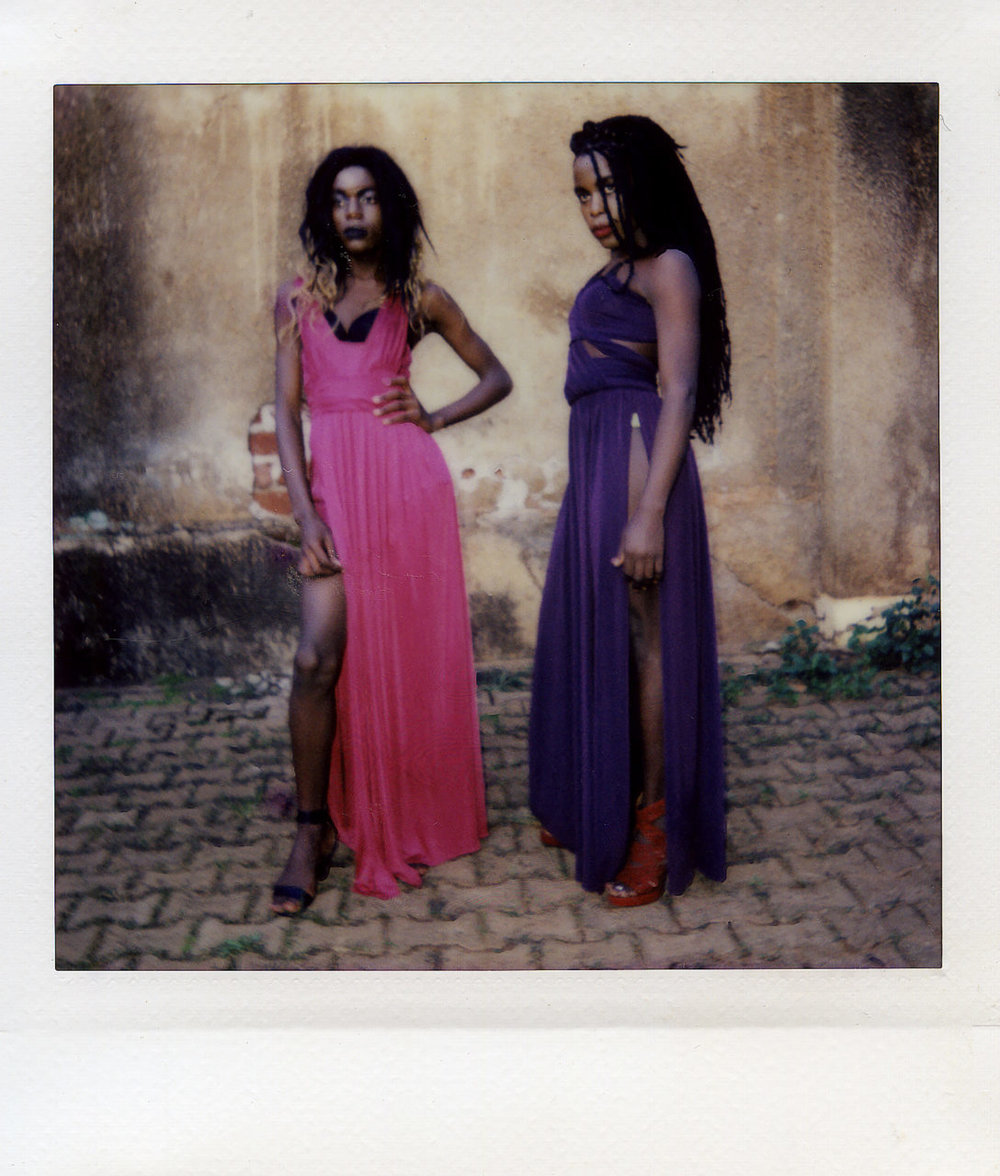 Alice and Angel poseren in hun lievelingsjurken. Deze meiden noemen elkaar zusjes. Angel draagt geen pruik: dit is haar eigen haar. Zij gaat als een van de weinigen altijd als vrouw de deur uit.