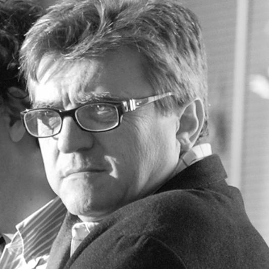 JOSEP M. GORDI i JULIÀ  (1956)   Soci Fundador  Arquitecte per l'ETSAB Barcelona  Després de fer un stage a l'equip d'Urbanistes Associats (1975-75), i passar pel Taller d'Arquitectura R. Bofill (1979-80), va ser Director de Projectes d'Edificació de la ciutat de Quito (Ecuador) i va entrar a l'equip municipal de Barcelona com a Cap dels Serveis Tècnics del Dte. de Ciutat Vella, en l'etapa prèvia als JJOO de Barcelona 92 (1984-87).  El 1984 funda, amb en Jordi Jané, la societat professional AQUIDOS amb la que desenvolupa nombrosos projectes urbans, d'edificació, gestió de patrimoni, assessorament inmobiliari, etc.