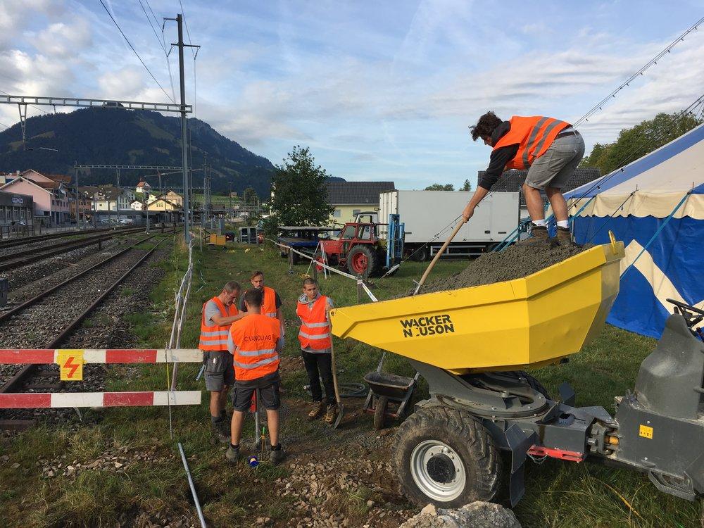 Bau des Zauns in Richtung Bahnlinie vom Samstag, 11. August 2018