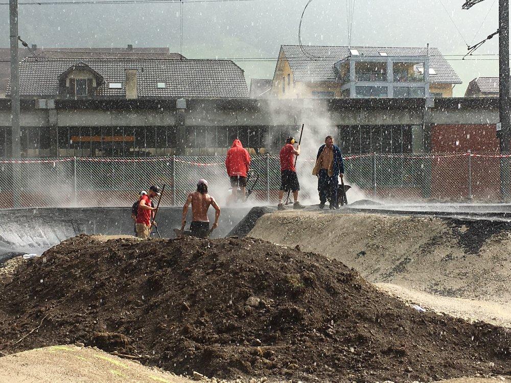 Auch der Regen kann die Arbeit am Rollsportpark nicht stoppen!