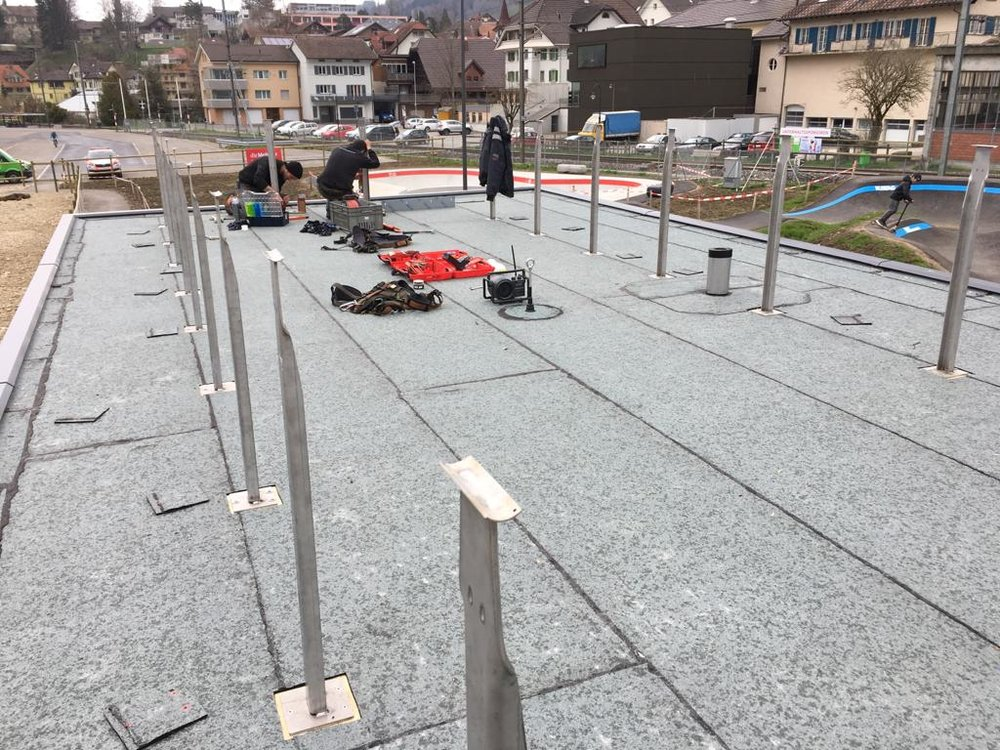 Montage der Stützpfeiler für das Geländer auf dem Dach