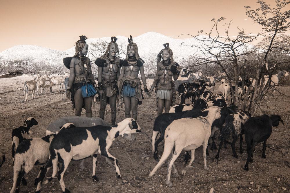 Namibia_dunes_etosha_san_red-1954.jpg
