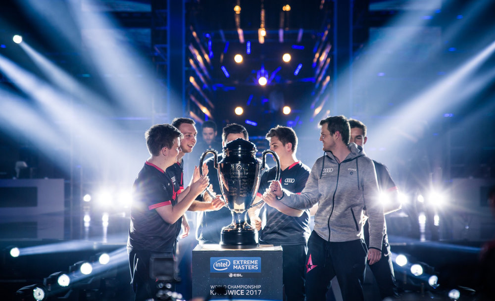 Holding Trophie Katowice.jpg