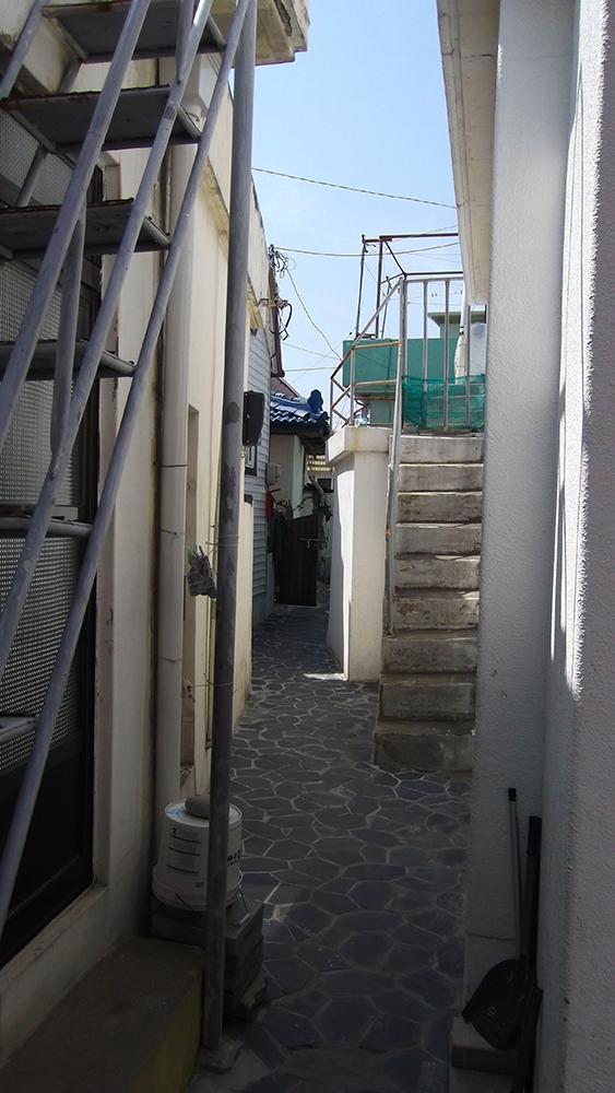 Narrow-walkway.jpg
