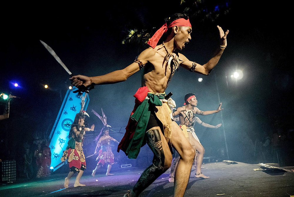Warrior: Dayak tribesmen perform the ruang wunrung ngurung balai dance. (JP/Anggara Mahendra)