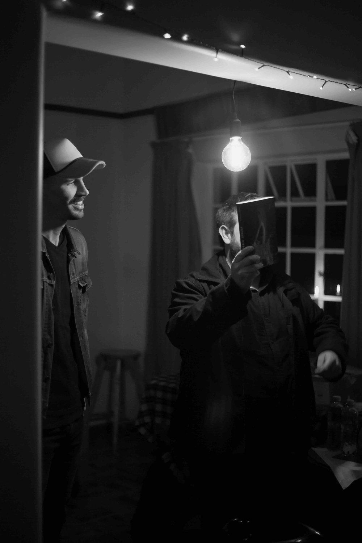 Die interaksie tussen Jaco se persoonlike, tog baie relatable prosa-styl digkuns, Wikus se intieme verhouding met narratief in sy foto's, en André se kleurvolle uitbeelding van die sprokieswêreld waarin sy verhaal afspeel, het die luisteraars/kykers regdeur die aand op die punte van hulle stoele gehad.
