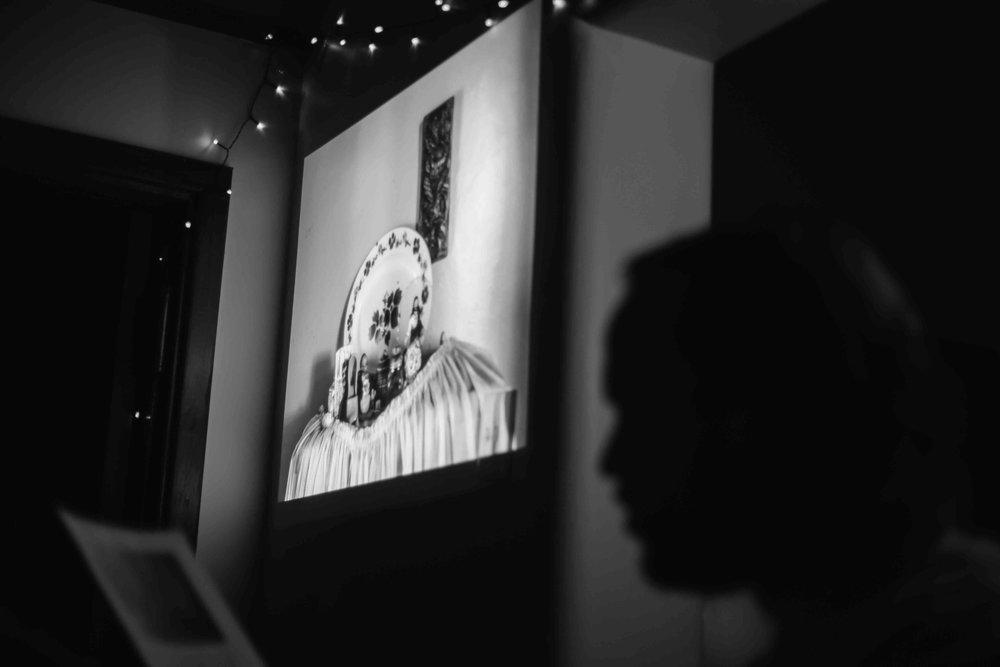 Die gehoor is op 'n sensoriese reis geneem wanneer Jaco sy gedigte in die onderverligte vertrek gelees het, terwyl Wikus se bypassende foto's op die muur geprojekteer was in 'n poging om die gevoel van die bundel te simuleer. Die gedig 'Knalb' word hier deur Jaco voorgelees.