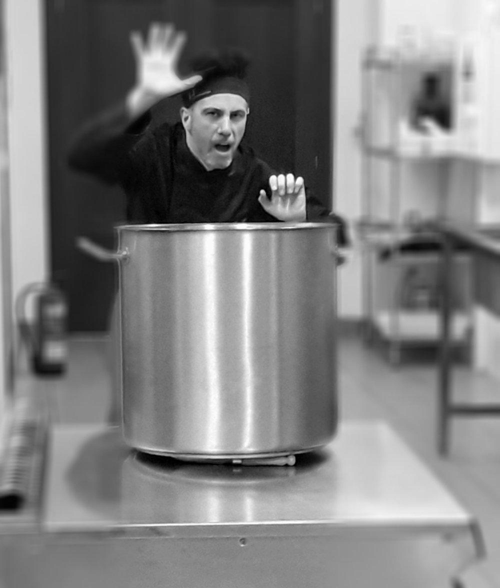 Dinamizador: Víctor Carranza Fraile - Víctor Carranza es un chef dinámico, optimista y divertido y un crack de la pastelería. Comenzó su andadura profesional por pequeños restaurantes, pero luego se ha codeado con estrellas Michelín en restaurantes como La Posada del Abad, Andra Mari  o La Finca, llegando a inaugurar  diversos hoteles como jefe de cocina.Actualmente es uno de los colaboradores de la Escuela Internacional de Cocina de Valladolid, responsable del departamento de I+D de la empresa Micopal, cocinero - comercial de Thermomix y organizador de eventos culinarios.