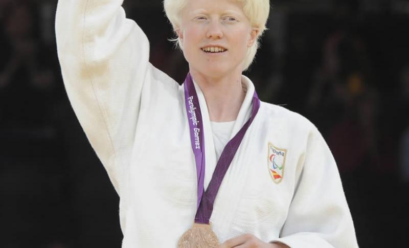 Ponente:Marta ArcePayno. - Marta Arce nació en Valladolid en 1977. Dominadora absoluta en judo paralímpico durante catorce años seguidos en su categoría. Medalla de Plata en los Juegos Paralímpicos de Atenas 2004 y Pekín 2008 y medalla de Bronce en los de Londres 2012, suma a su palmarés otros tantos éxitos.Marta nació con una forma de albinismo que le produce un déficit visual grave. Es Diplomada en Fisioterapia ha ejercido su profesión durante años en distintas clínicas. Posee un don especial para los idiomas: habla inglés, italiano y japonés, además del español. Gran emprendedora, se ha fijado el reto de transmitir su energía a la sociedad.
