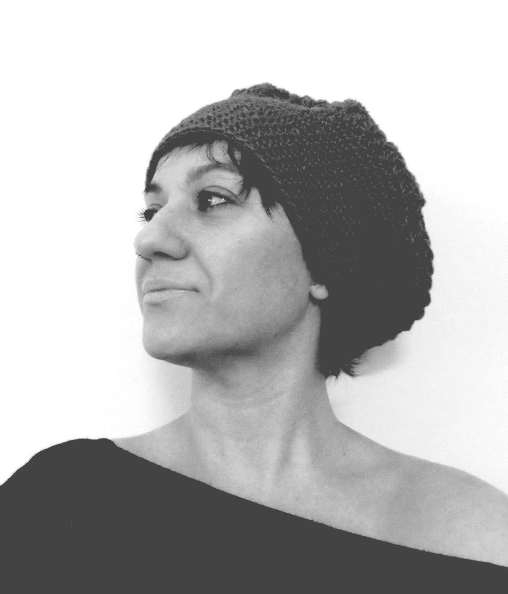 Dinamizadora: Marta Blanco - Marta Blanco es arquitecta, formadora y una creativa inquieta, luchadora, incansable y muy sonriente. Le gusta buscar, aprender y expresar… estar en movimiento constante. Todo lo hace con pasión y emoción, no entiende otra manera de enfrentarse la vida. Todos sus proyectos son hechos con mimo y mucho cariño, avanzando siempre en la búsqueda de lo mejor para cada proyecto. Un trabajo artesanal que requiere calma y tranquilidad para expresar con emoción a través de la arquitectura, la accesibilidad, la rehabilitación, el interiorismo y la decoración.Marta lo es todo como persona y como profesional. Una emprendedora nata y constante, a la que el mundo de la discapacidad la ha tocado muy cerca y que más allá de ser una crack en arquitectura, ha llevado a cabo increíbles proyectos solidarios.