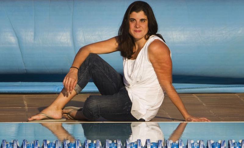 Ponente:Carla Casals - Ha formado parte del Equipo Paralímpico Español de natación desde 2001 hasta 2014 participando en Campeonatos Mundiales, Europeos y Juegos Paralímpicos.El resultado: 30 medallas europeas y mundiales y 9 diplomas paralímpicos, así como haber batido cuatro veces el récord del mundo en 200 metros mariposa y numerosas veces los récords de España en pruebas de braza, mariposa y estilos.Además Carla es licenciada en Comunicación Audiovisual por la Universidad Pompeu Fabra, Master Internacional en Escritura para cine y televisión por la Universidad Autónoma de Barcelona y Master en Coaching y Liderazgo personal por la Universidad de Barcelona e Institut Gomà.Compaginar la alta competición con la formación durante casi una década y media no es tarea fácil, pero ella lo ha logrado.