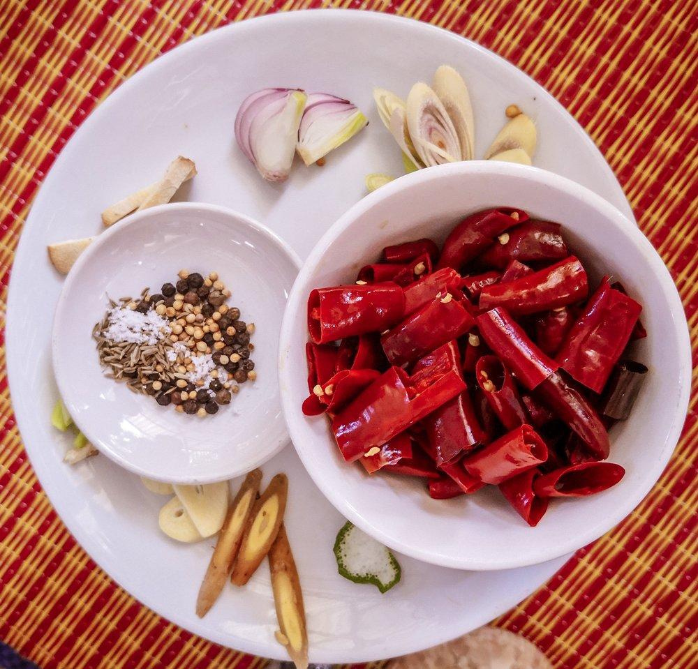 A friss sárga curry hozzávalói: chilipaprika, koriander, bors, citromfű, Thai gyömbér, fokhagyma, hagyma , só, köménymag, Thai ginszeng, kaffir lime héj