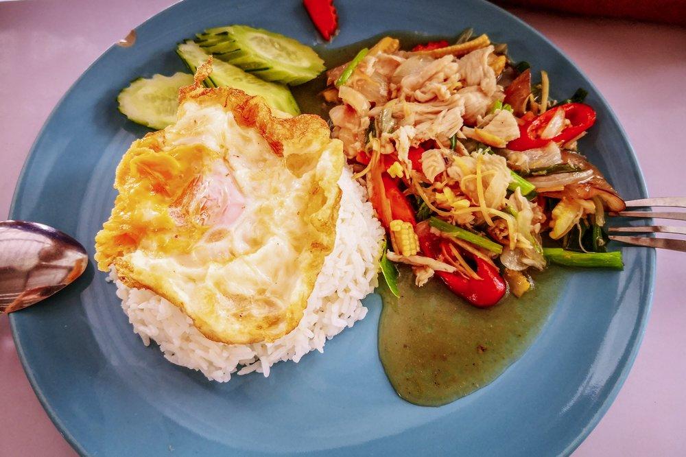 Pirított csirke zöldségekkel és gyömbérrel, és persze rizzsel és tükörtojással