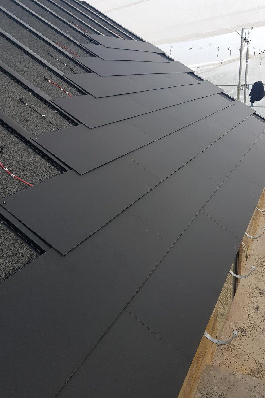 Solceller integreret i tag   Solcellepaneler der er integreret i tagsten eller tagmaterialer, og kan fås i større moduler eller som enkelte tagsten- eller plader. Man kan vælge solceller i dele eller hele af taget. Der udvikles løbende på effektivitet, holdbarhed og enkelheden i montage, men prismæssigt, æstetisk og designmæssigt er de integrerede tagmaterialer fuldt på højde med almindelige tagmaterialer.