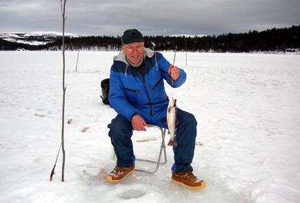 Isfiske etter røya på Flatningen