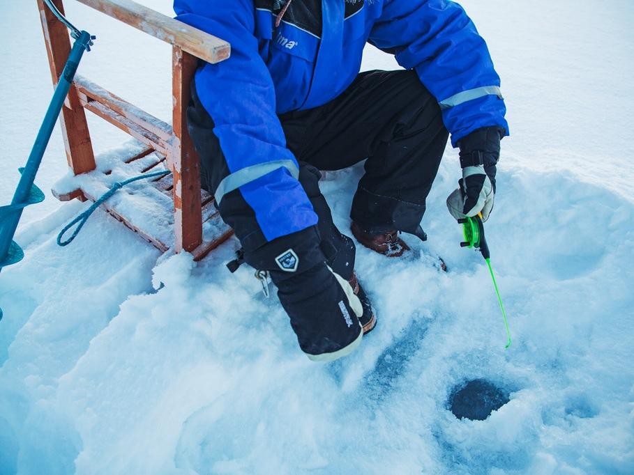Kakslauttanen ice fishing 2.jpg