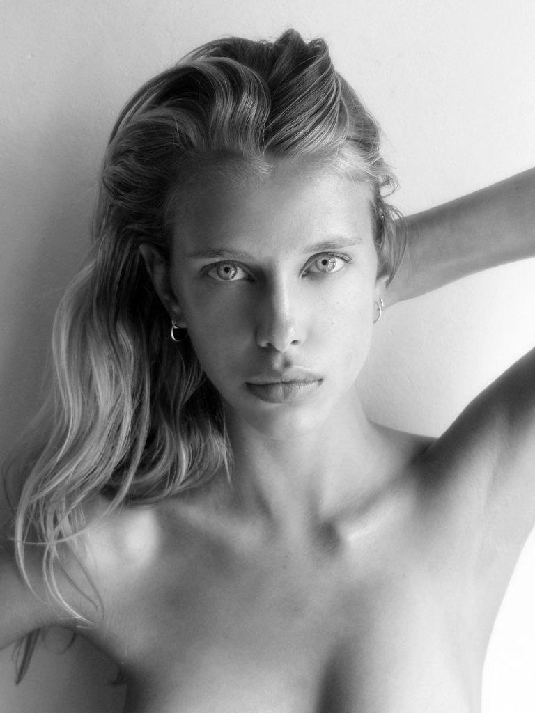 Vivianne Nude Photos 23