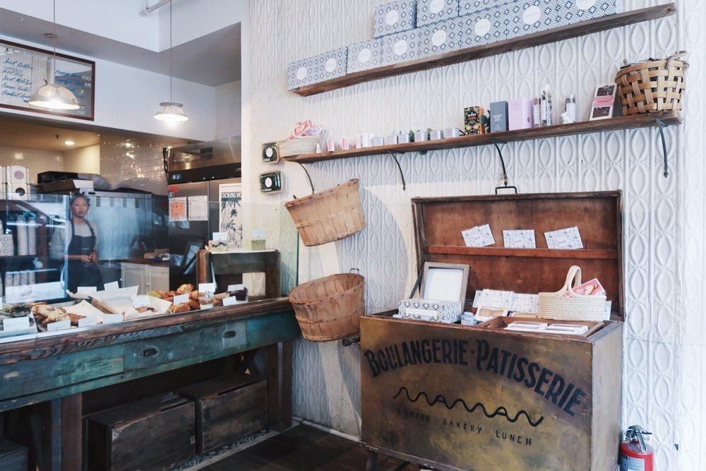 推薦開心果可頌和薰衣草熱巧克力 | Recommend pistachio croissant and lavender hot chocolate.