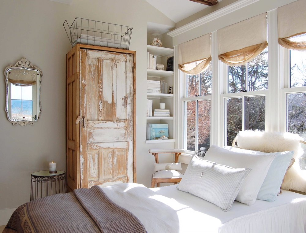 New England beach cottage guest bedroom with a mix of vintage and modern design. Design by Sandra Cavallo, @oldsilvershed