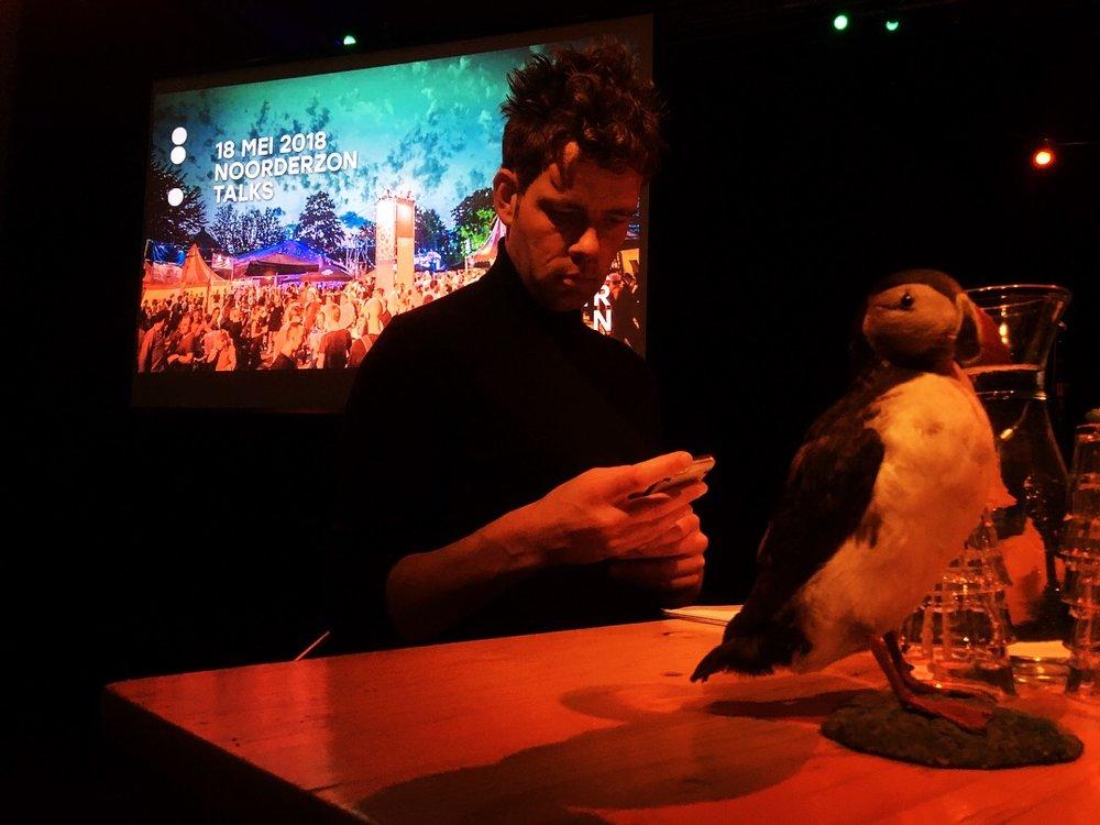 - Afgelopen vrijdag presenteerde Anne Jan, samen met collega-Papegaaiduiker Jelte Posthumus, de eerste editie van Noorderzon Talks 2018. In het Vrijdag Theater in Groningen werd het publiek alvast warm gemaakt voor Noorderzon en haar programma. Men werd bijgepraat over alle ins en outs van het festival. Artiesten en voorstellingen werden besproken, en nieuwe Noorderzon-projecten werden geïntroduceerd.Ook de volgende editie van Noorderzon Talks, op vrijdag 15 juni a.s.in het Grand Theatre, wordt door Papegaaiduikers gepresenteerd. Daar kunt u bij zijn! Voor meer informatie: Kijk op de website van Noorderzon.